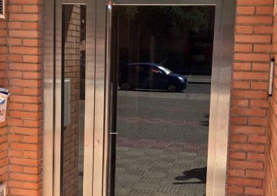 puerta con 1 hoja + 1 fijo + 1 montante de lado a lado acabado satinado