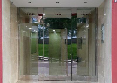 Puerta con perfilería  ancha