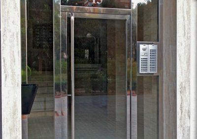 Puerta con portero automático integrado en el fijo